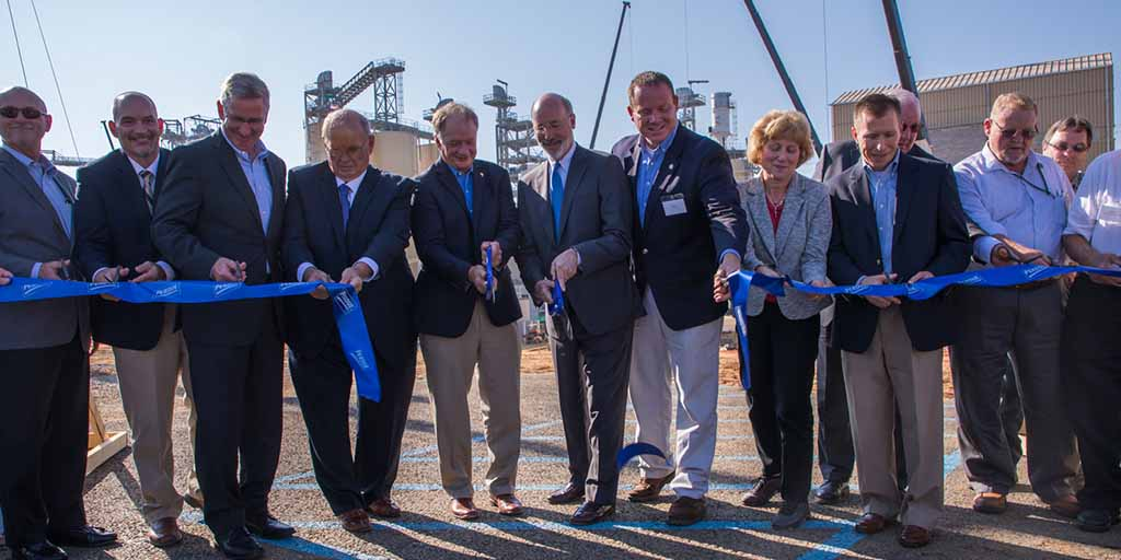 Image of Governor Wolf cutting a ribbon
